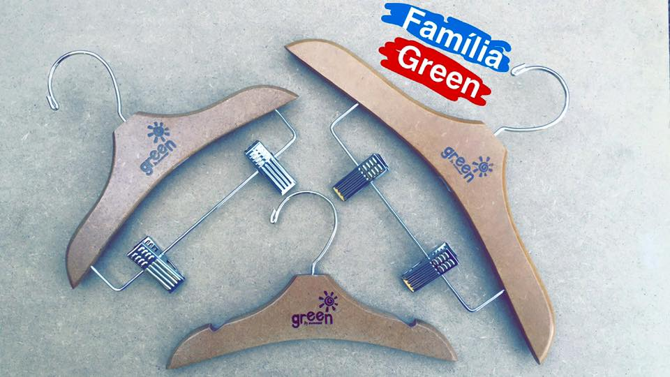 cabide-de-madeira-ecol-gico-infantil-green-com-presilhas.jpg